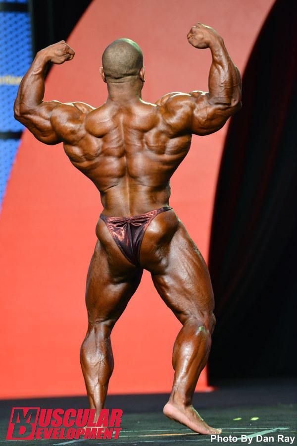 David Henry, pose de espalda