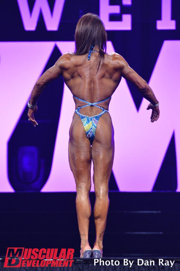 Gennifer Strobo, pose de espalda